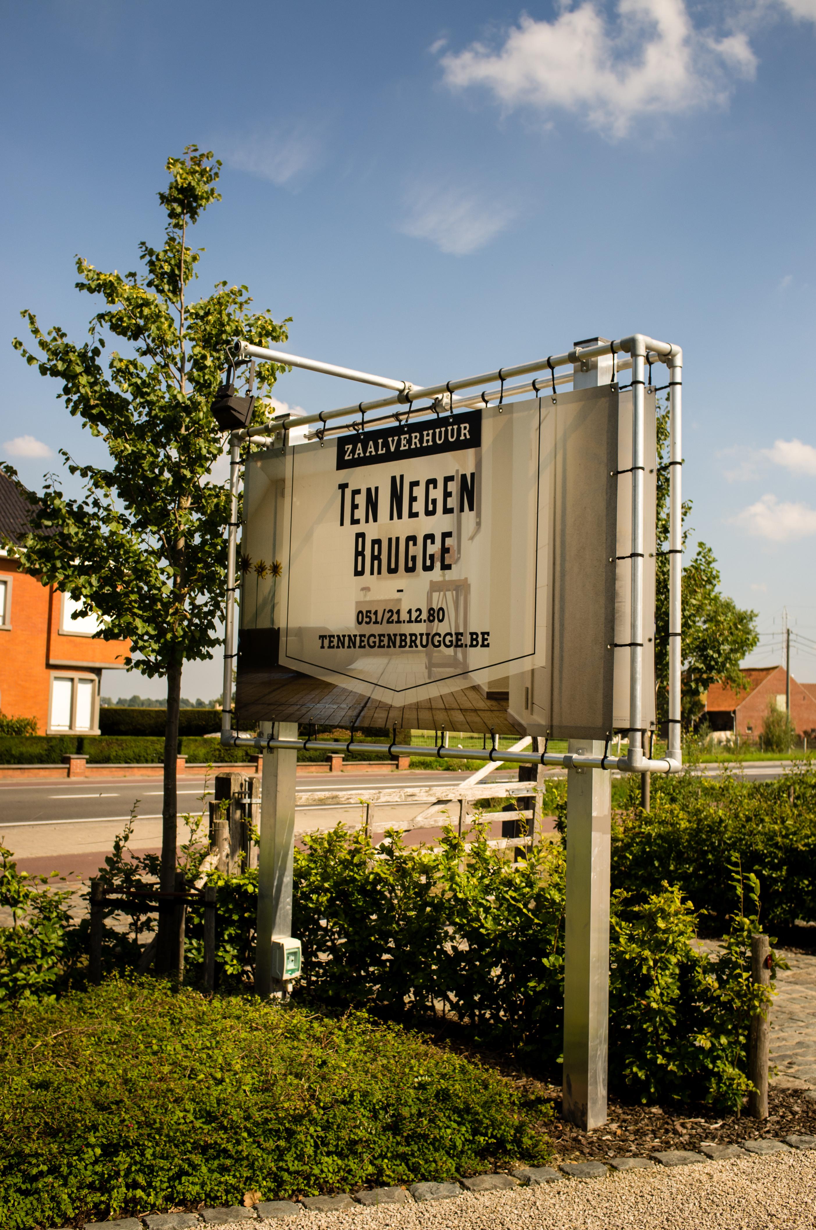 Ten Negen Brugge banner buiten